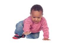 Het mooie Afrikaanse Amerikaanse baby kruipen Stock Afbeeldingen