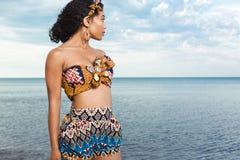 Het mooie Afrikaanse Amerikaanse meisje ontspannen bij het strand Royalty-vrije Stock Foto's