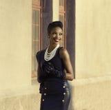 Het mooie Afrikaanse Amerikaanse model het glimlachen hoofd draaien Royalty-vrije Stock Foto's