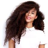 Het mooie Afrikaanse Amerikaanse stellen van de Vrouw Royalty-vrije Stock Afbeeldingen