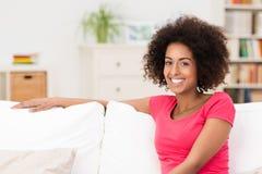 Het mooie Afrikaanse Amerikaanse vrouw ontspannen Stock Afbeeldingen