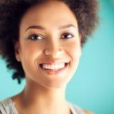 Het mooie Afrikaanse Vrouw Glimlachen stock fotografie