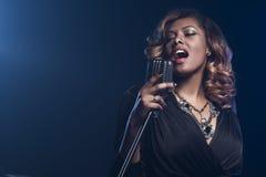 Het mooie Afrikaanse vrouw zingen Royalty-vrije Stock Foto's