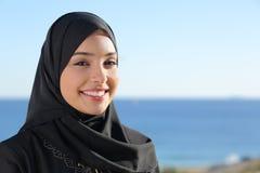 Het mooie Arabische Saoedi-arabische vrouwengezicht stellen op het strand Stock Foto