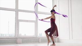 Het mooie atletische meisje praktizeert in studio stock videobeelden