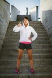 Het mooie Aziatische atleet doen beduimelt omhoog goedkeuringsgebaar Stock Foto's