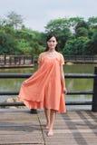 Het mooie Aziatische meisje kleedde zich in traditionele elementenkleding die tonen stock afbeelding