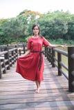 Het mooie Aziatische meisje kleedde zich in traditionele elementenkleding die tonen stock foto's