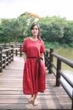 Het mooie Aziatische meisje kleedde zich in traditionele elementenkleding die tonen stock foto
