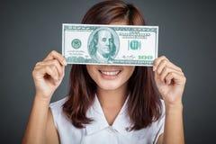 Het mooie Aziatische meisje sluit haar ogen met een 100 dollarrekening Royalty-vrije Stock Afbeelding