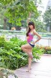 Het mooie Aziatische meisje toont haar jeugd in het park stock afbeeldingen