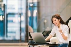 Het mooie Aziatische meisje viert met laptop, stelt het succes, onderwijs of technologie of start bedrijfsconcept, met exemplaarr royalty-vrije stock foto's