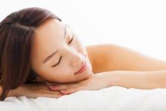 Het mooie Aziatische vrouw ontspannen op het bed stock fotografie