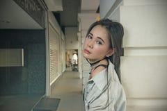 Het mooie Aziatische vrouw stellen bij de gang Royalty-vrije Stock Foto's