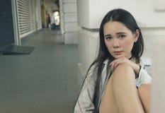 Het mooie Aziatische vrouw stellen bij de gang Stock Afbeeldingen