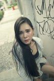 Het mooie Aziatische vrouw stellen bij de straat stock afbeeldingen