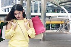 Het mooie Aziatische Vrouwen gelukkige en het lopen winkelen stock foto's