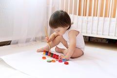 Het mooie baby schilderen Stock Fotografie