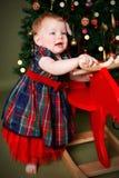 Het mooie baby spelen met haar Kerstmisgift Royalty-vrije Stock Foto