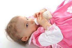 Het mooie babymeisje is het drinken melk Stock Afbeeldingen