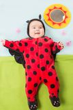 Het mooie babymeisje, kleedde zich in lieveheersbeestjekostuum Royalty-vrije Stock Afbeelding