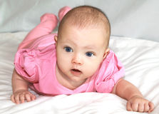 Het mooie babymeisje liggen Stock Foto's