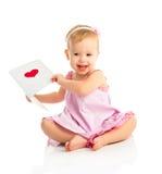 Het mooie babymeisje met leuke valentijnskaartprentbriefkaar met een rood hoort Stock Fotografie
