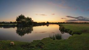 Het mooie beeld van het dageraadlandschap van Rivier Theems in lechlade-op-Theems royalty-vrije stock foto's