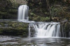 Het mooie beeld van het watervallandschap in bos tijdens Autumn Fall Royalty-vrije Stock Afbeelding