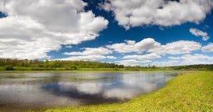 Het mooie behang van het de lentelandschap met vloedwateren van Volga rivier Stock Afbeelding