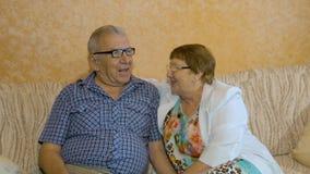 Het mooie bejaarde paar spreken stock video
