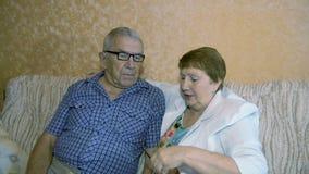 Het mooie bejaarde paar spreken stock footage