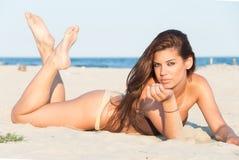 Het mooie bikini model stellen op het strand Royalty-vrije Stock Afbeelding