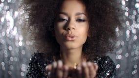 Het mooie blazende goud van de afro Amerikaanse vrouw schittert, vertraagt motie stock videobeelden