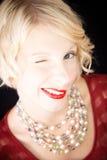 Het mooie blonde dame knipogen! Royalty-vrije Stock Afbeeldingen
