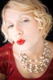 Het mooie blonde dame verzenden kust bij de camera Royalty-vrije Stock Foto
