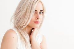 Het mooie blonde en het concept zuiverheid royalty-vrije stock fotografie