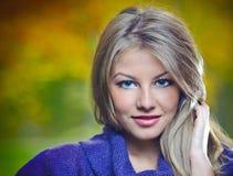 Het mooie blonde meisje stellen in een de herfstbos Stock Foto