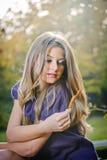 Het mooie blonde meisje stellen in een de herfstbos Royalty-vrije Stock Afbeeldingen