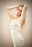 Het mooie blondemeisje met hartglazen droomt haar liefde Royalty-vrije Stock Foto's
