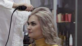 Het mooie Blondemeisje onderzoekt de Bezinning van een Spiegel en glimlacht stock videobeelden