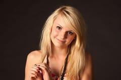 Het mooie blondemeisje stellen in studio Stock Afbeelding