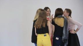 Het mooie blondemeisje toont aan haar vriendengrondbeginselen aan van het stellen voor camera stock videobeelden