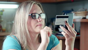 Het mooie blondevrouw doen die online kopend winkelen stock footage
