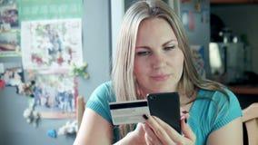 Het mooie blondevrouw doen die online winkelen stock footage