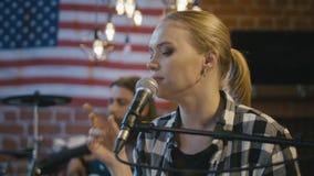 Het mooie blondevrouw zingen met gevoel stock videobeelden
