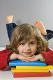 Het mooie boek van de meisjeslezing Royalty-vrije Stock Foto's
