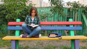 Het mooie boek van de tienerlezing in openlucht stock video