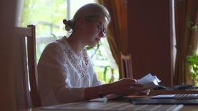 Het mooie boek van de vrouwenlezing in bibliotheek stock videobeelden