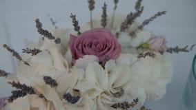 Het mooie boeket van witte hydrangea hortensia's en roze nam is in ruimte toe stock video